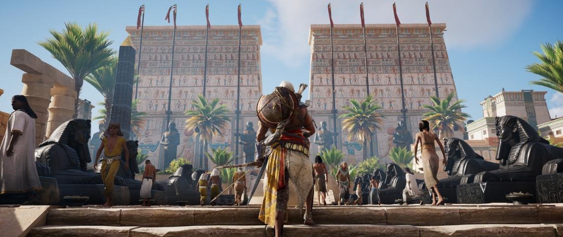 un homme monte des escaliers face à un temple égyptien
