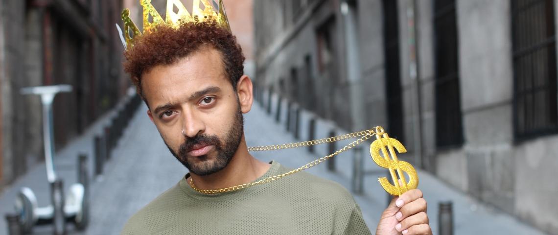 Un homme avec un couronne dorée et un signe dollars doré