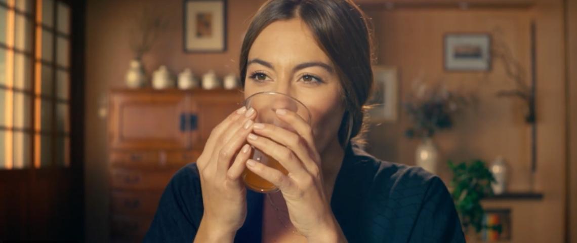 Une femme qui boit du thé