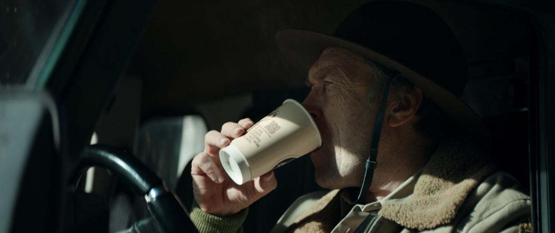 Une shérif américain qui boit son café dans sa voiture
