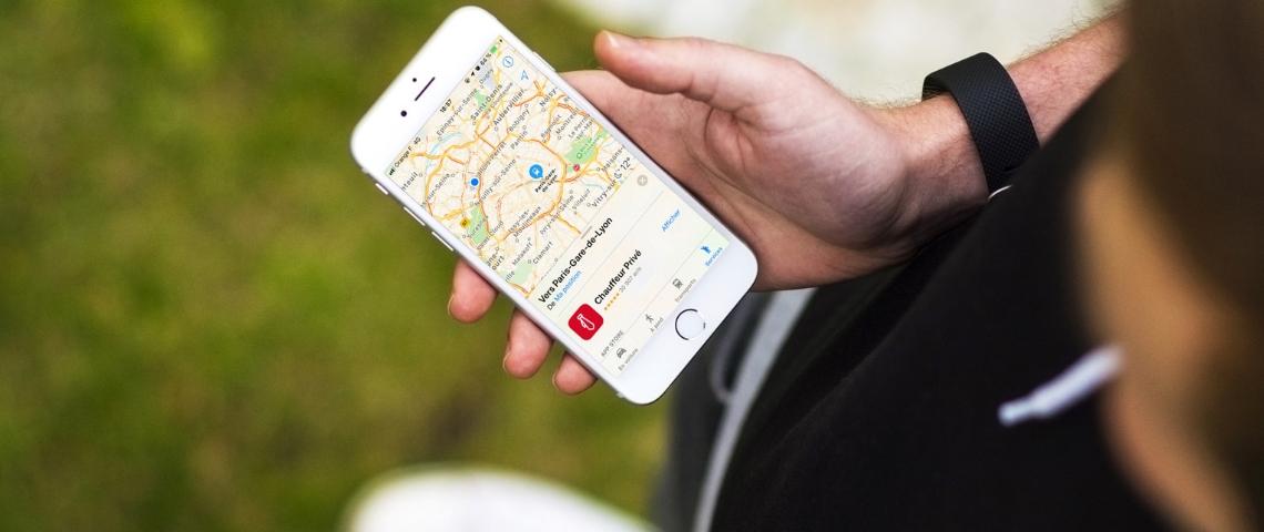 Un smartphone avec l'application Plans d'Apple