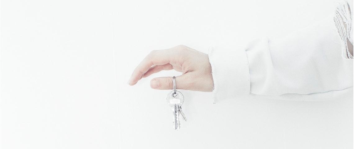Une main avec un trousseau de clés