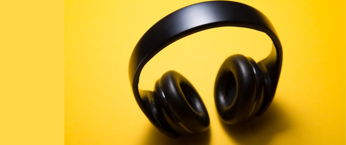 Un casque sans fil noir sur fond jaune