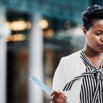 une business woman au téléphone dans un quartier d'affaire