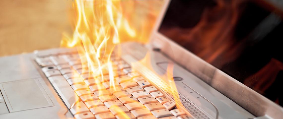 Un ordinateur en train de brûler