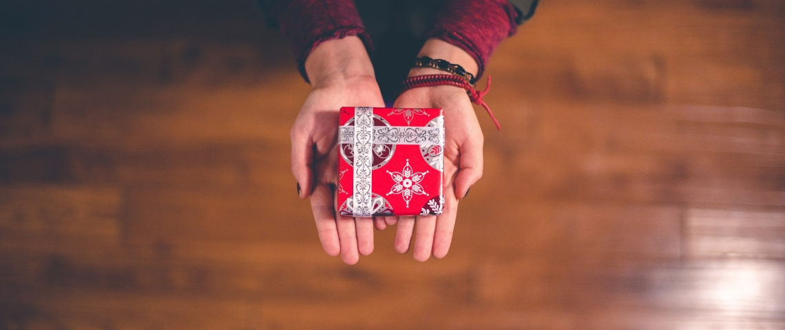 Des mains qui tendent un cadeau