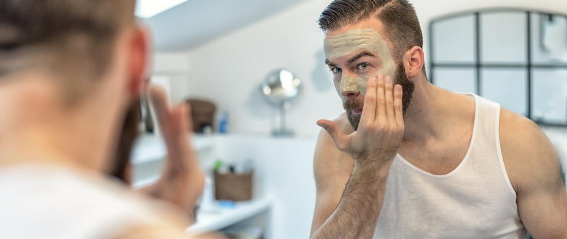 un homme met un masque de beauté