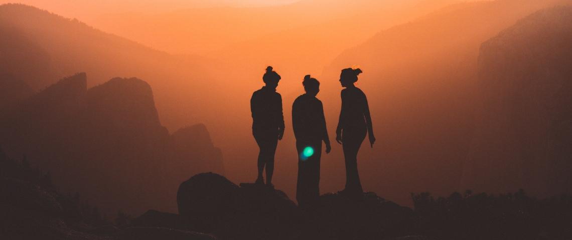 Ombre de trois femmes sur un fond orange