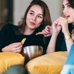 Deux filles qui regardent un film sur un canapé