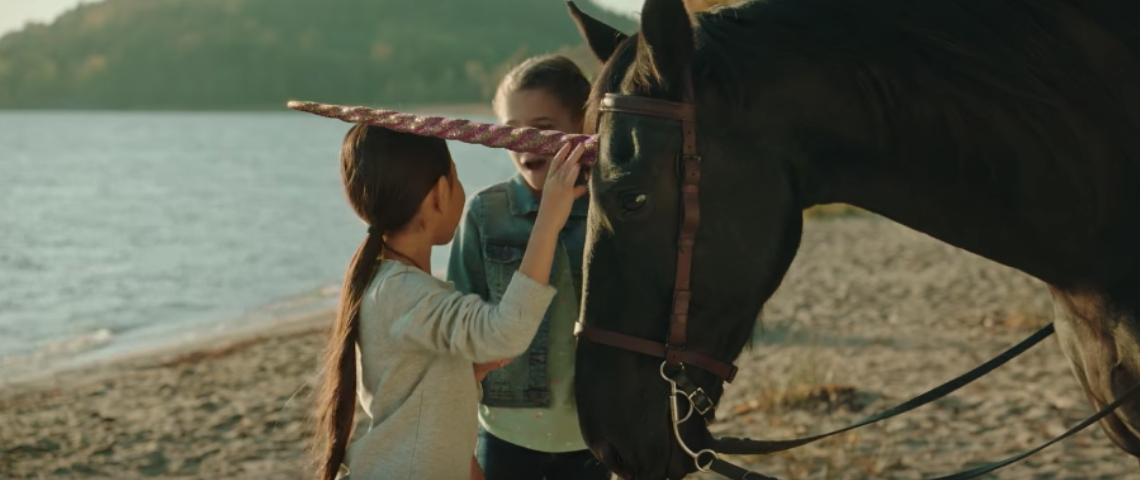 Deux petites filles avec un cheval