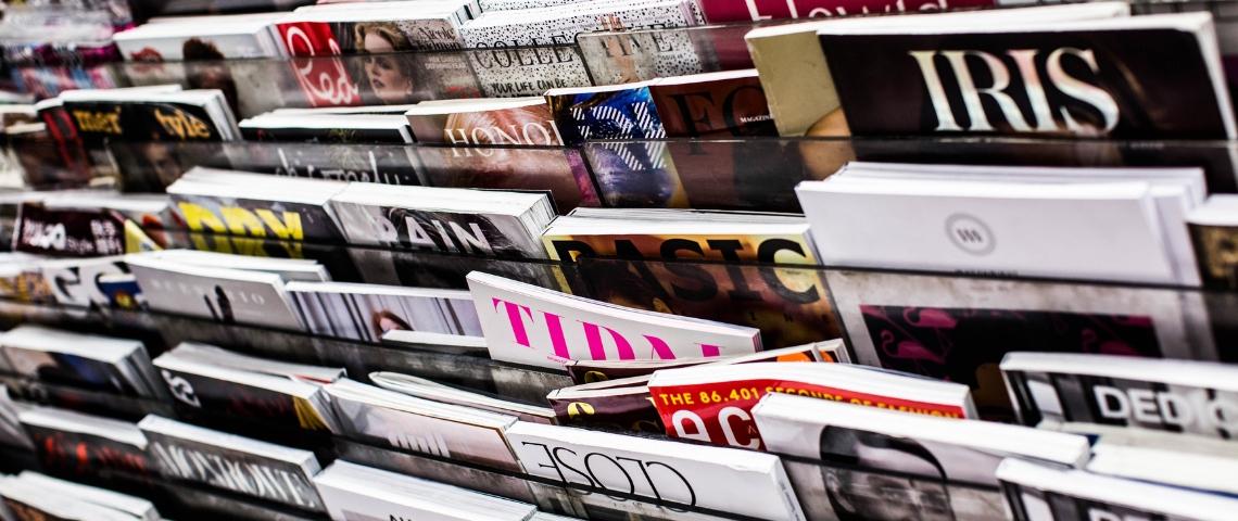 Des rayonnages de magazines