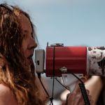 Une jeune femme avec un porte voix