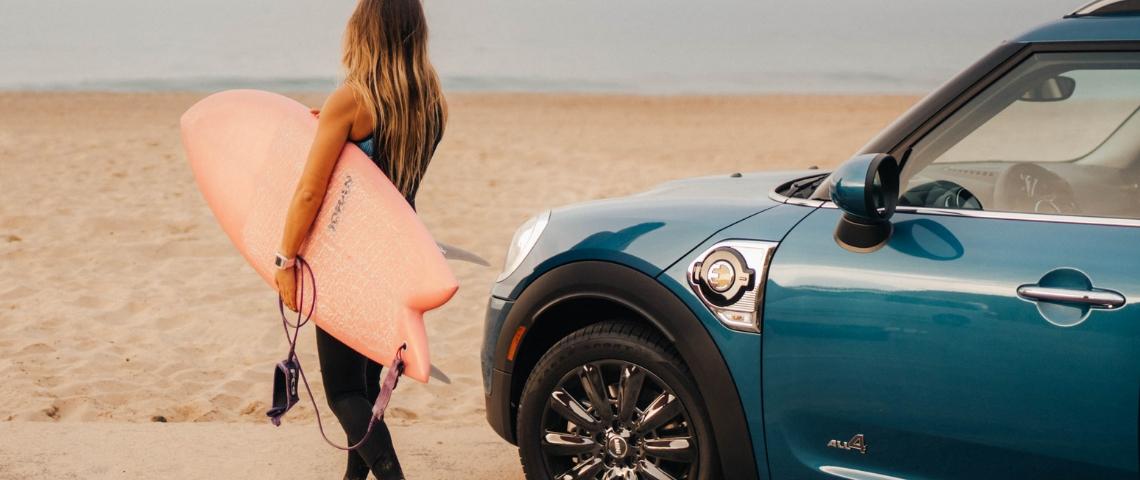 Une surfeuse à la plage