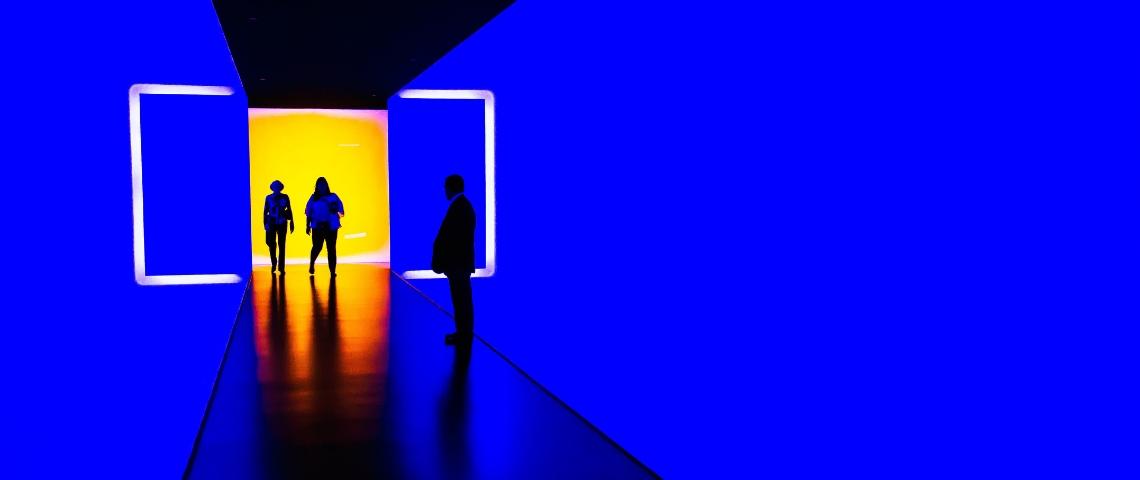 Des gens dans une exposition