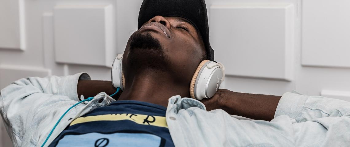 Un homme qui écoute de la musique avec un casque