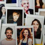 photos papier accrochées à un mur