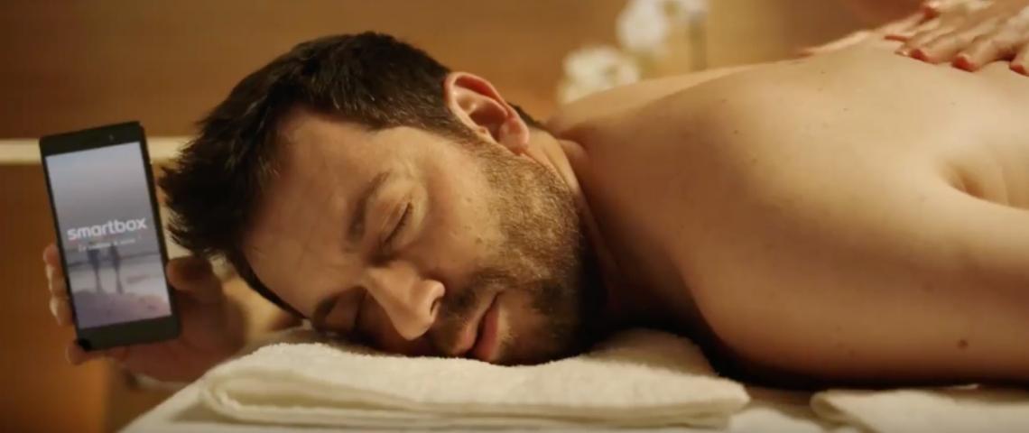 Un homme qui se fait masser
