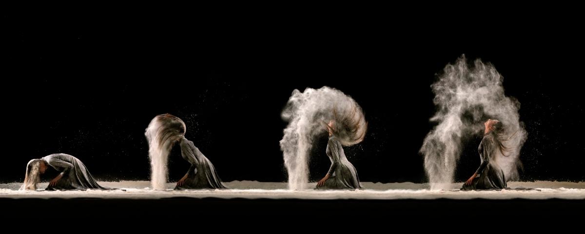 Une femme plonge ses cheveux dans le sable