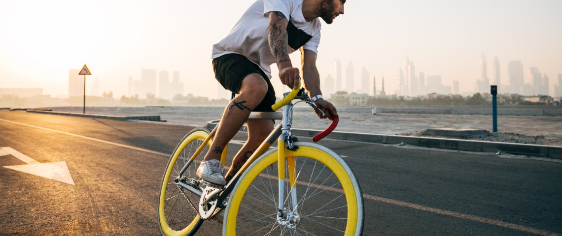 Un homme qui fait du vélo