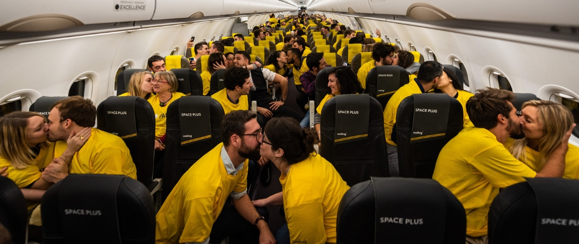 Passager d'un vol Vueling qui s'embrassent