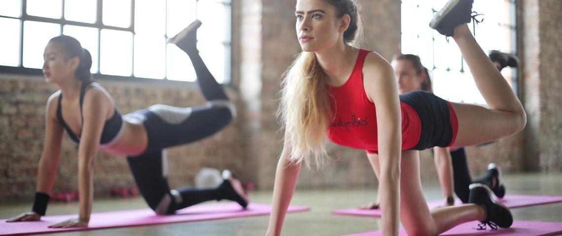 Deux femmes pendant un cours d'aérobic