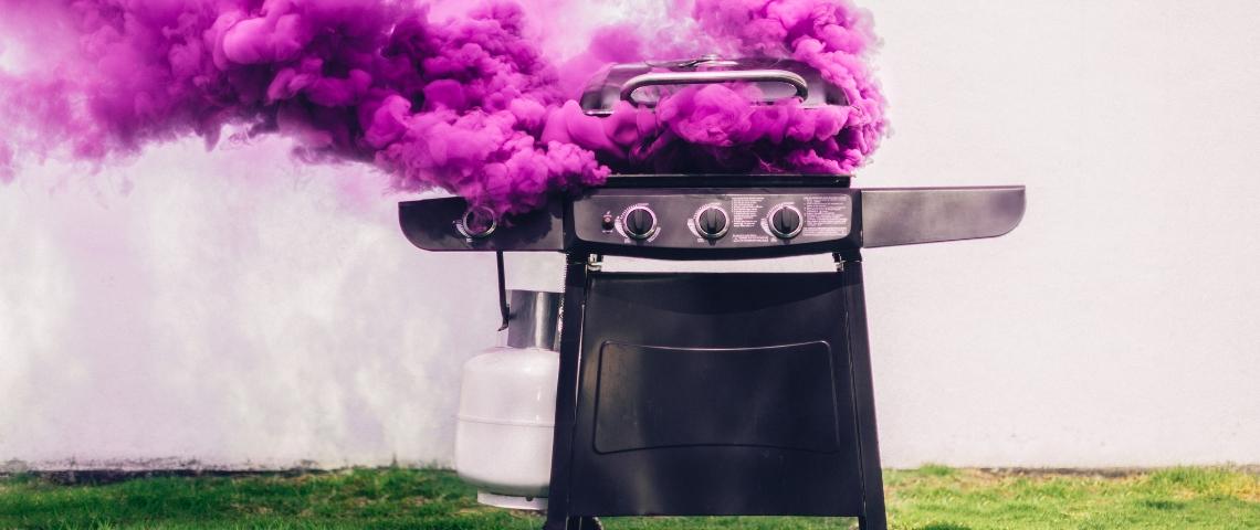 Barbecue avec de la fumée rose