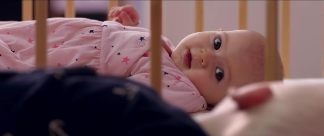 Un bébé dans son lit