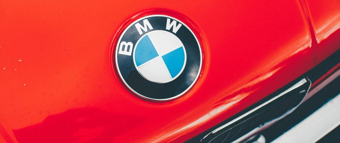 Logo BMW sur une voiture rouge