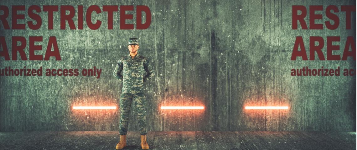 un soldat garde l'entrée d'un bunker