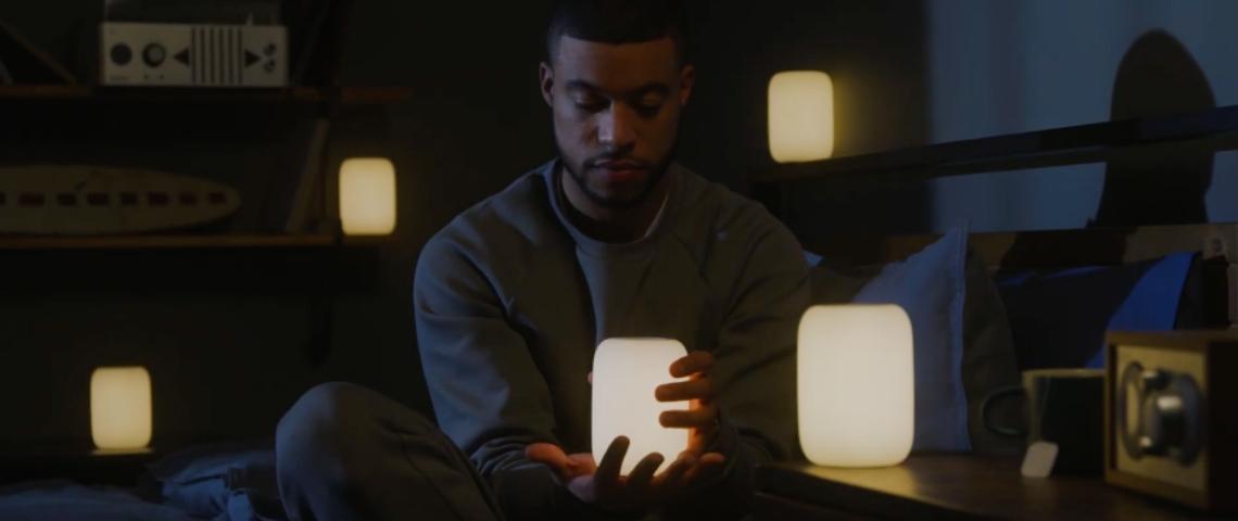 Un homme avec des lampes allumées