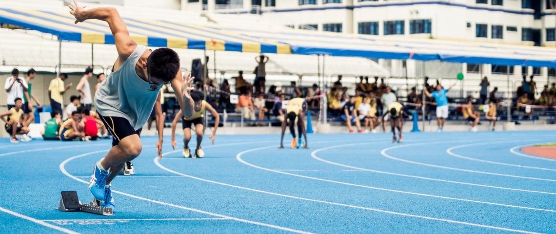 Un athlète chinois sur une piste de course