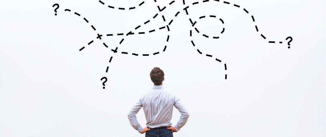 Un homme devant un schéma compliqué