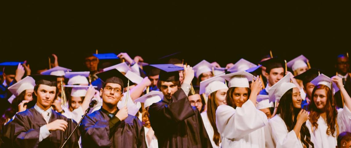 De jeunes diplômés en tenue traditionnelle