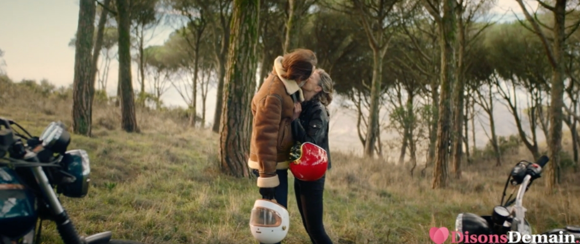 Un homme et une femme qui s'embrassent