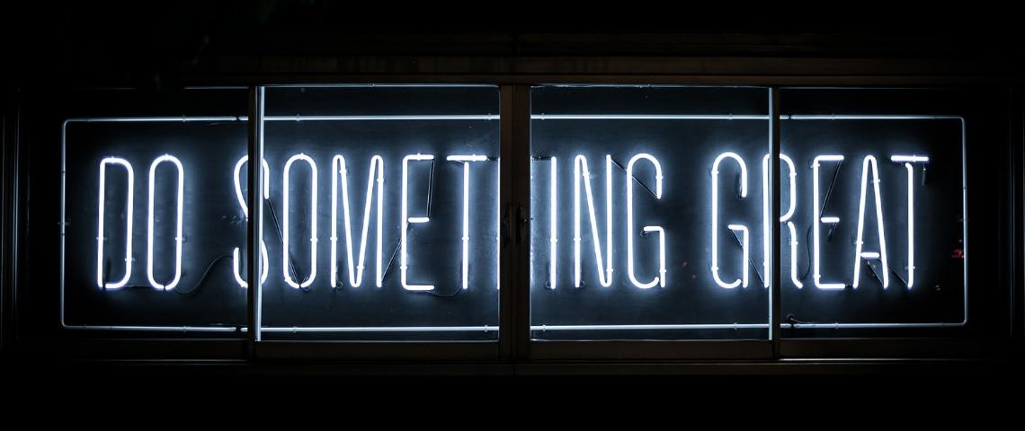 Un néon avec inscrit  - Do something great -