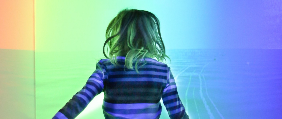 Une petite fille blonde de dos