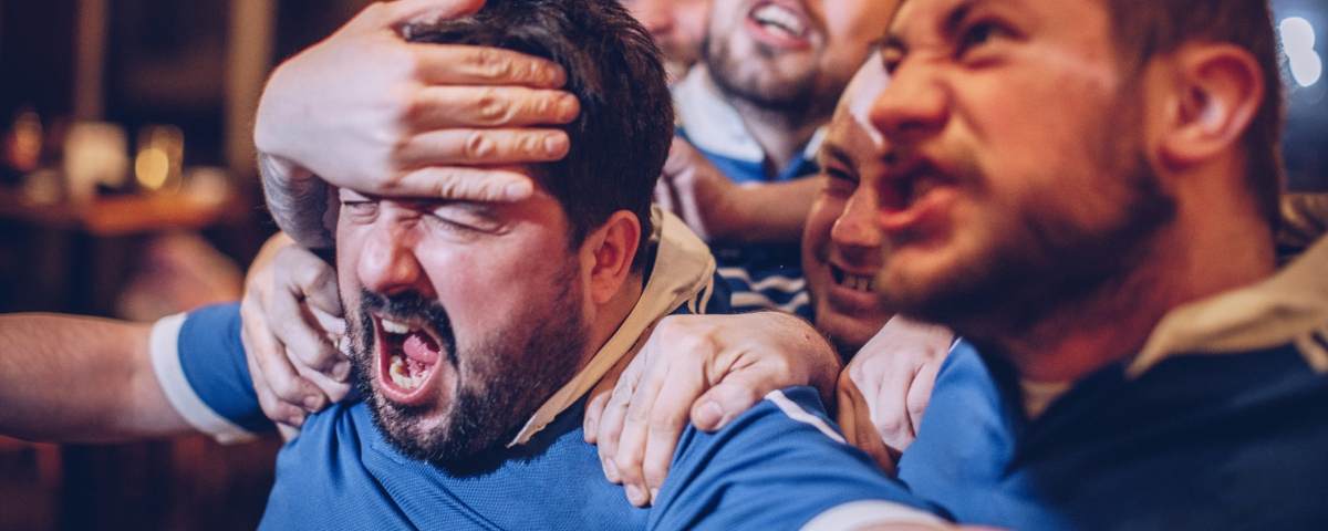 des amis s'amusent lors d'un match de football