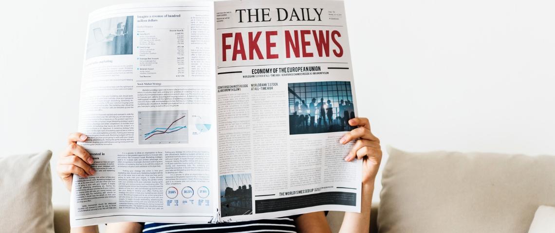 Journal papier avec écrit fake news