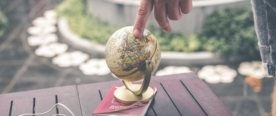 Un petit globe avec un doigt