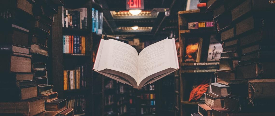 livre qui lévite dans une bibliothèque