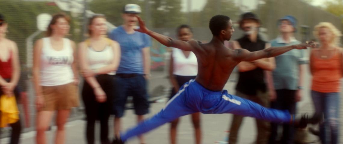 un danseur de rue noir