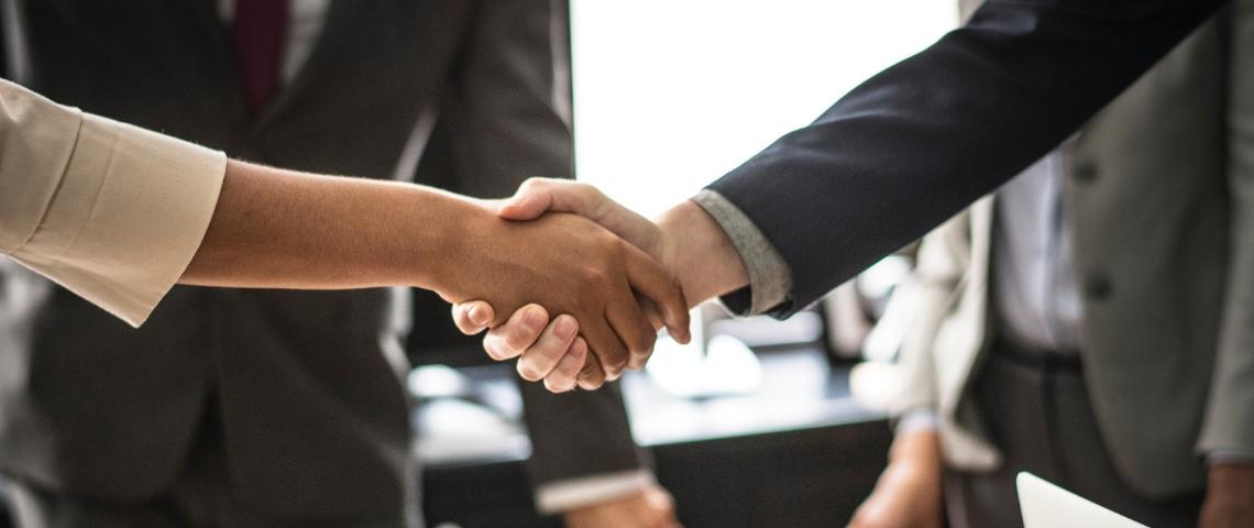 Une poignée de main entre deux personnes