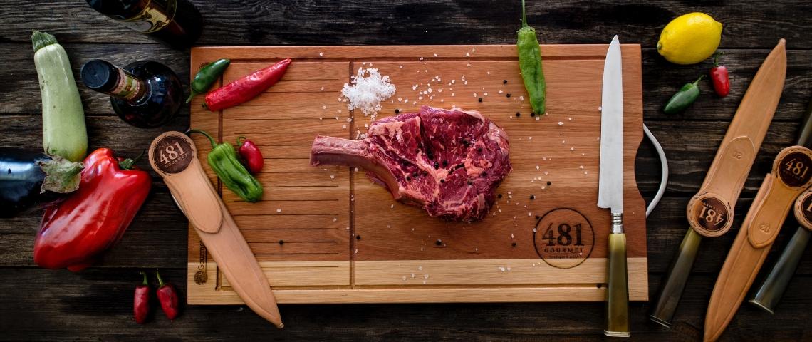 Une planche à découper avec un steak dessus