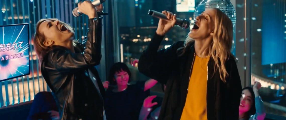 deux femmes qui font un karaoke
