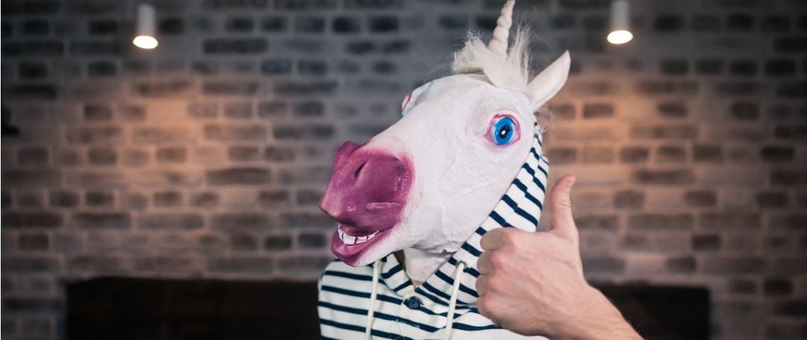 Un licorne avec le pouce en l'air