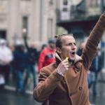 Un manifestant avec le poing levé dans la rue