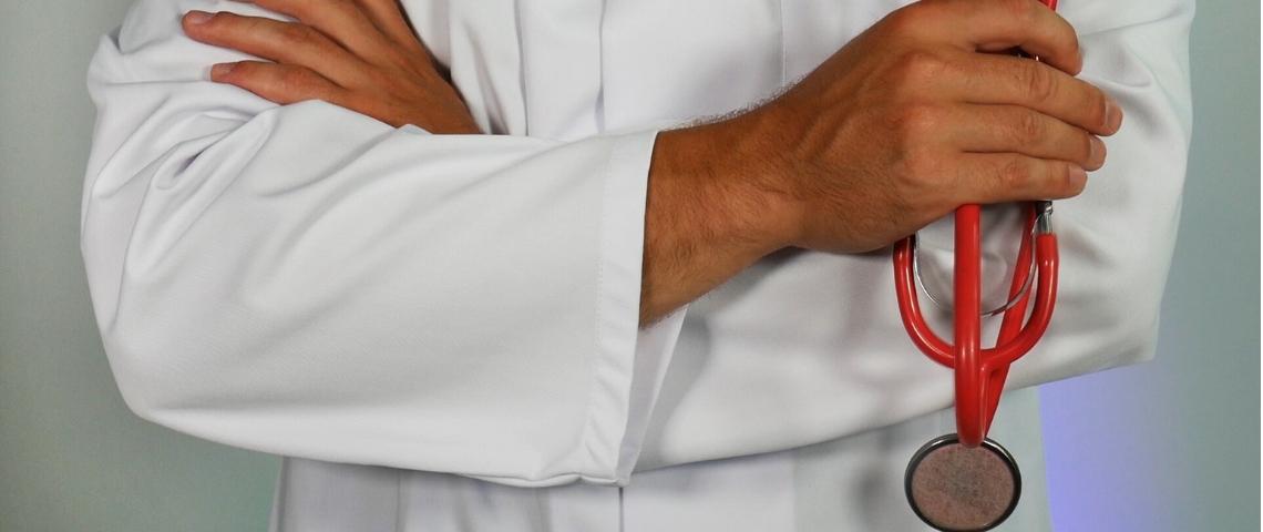 Un homme avec une blouse et un stéthoscope