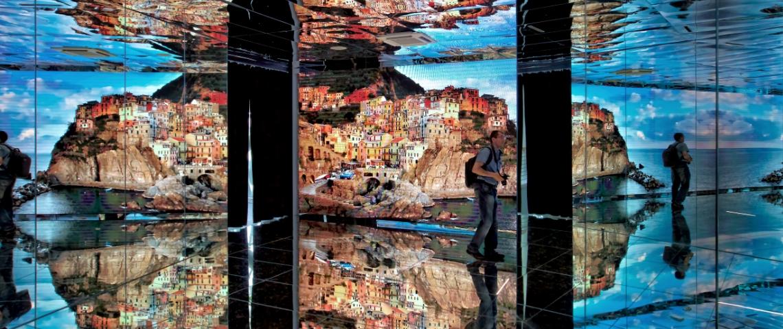 Un musée immersif avec des images projetées sur les murs et au plafond