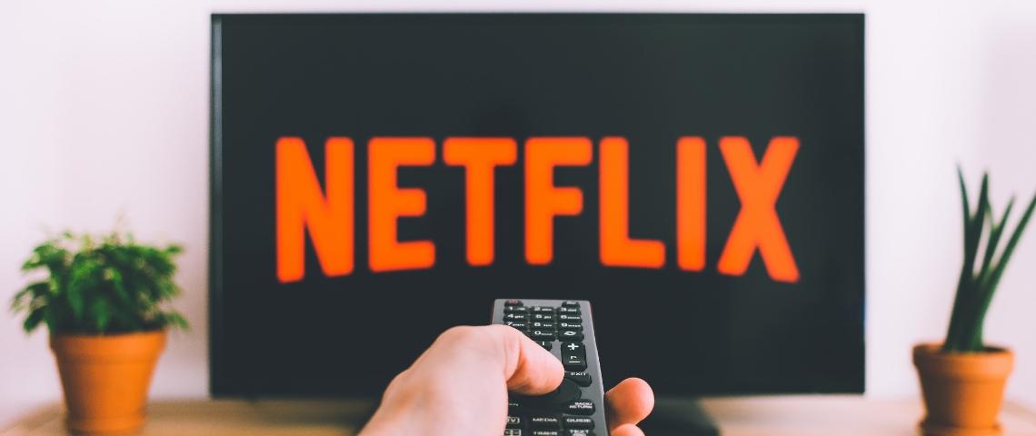 Une télévision avec écrit Netflix