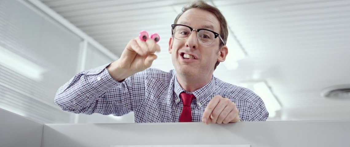 Un homme au bureau